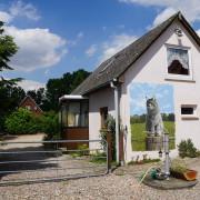 Die Einfahrt zur  Villa Mieze-Mau